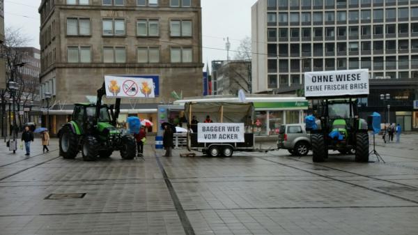 Bürger protestieren in Essen gegen geplante Flüchtlingsunterkünfte in Landschaftsschutz- und Ackergebieten