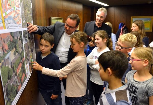 OB bespricht mit Schülern Pläne  für einen noch sichereren Schulweg