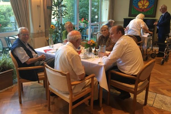 Bild 1 - Matthias Hauer im Gespräch mit Senioren