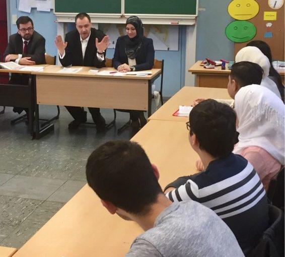 """""""Rechtskunde für jugendliche Flüchtlinge""""- Justizminister besucht Essener Schule"""