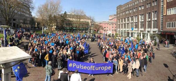 """Bürgerbewegung """"Pulse of Europe"""" Essen – Essener schließen symbolisch einen neuen Vertrag für Freundschaft und Zusammenhalt der Staaten"""