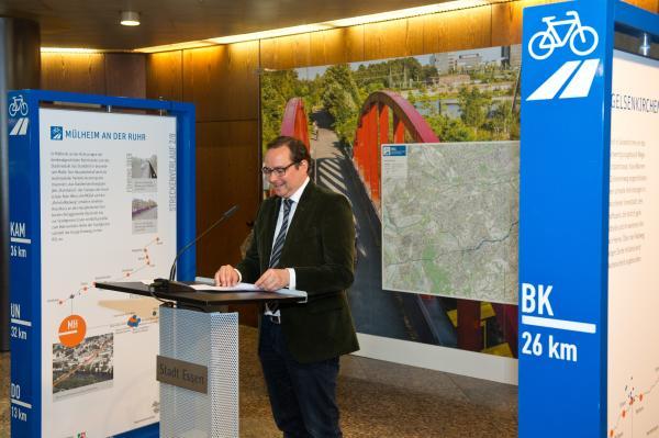 Ausstellung zum Radschnellweg Ruhr RS1 im Rathaus Essen eröffnet