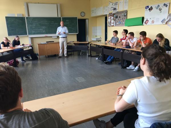 EU-Projekttag: Sozialwissenschaftskurs der 12. Jahrgangsstufe am Helmholtz-Gymnasium in Rüttenscheid diskutiert mit Bundestagsabgeordnetem